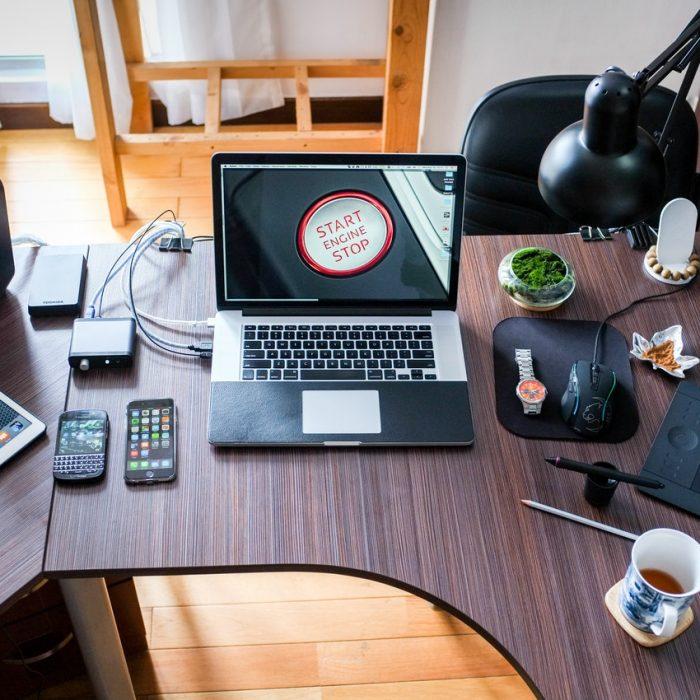 apple-coffee-computer-desk